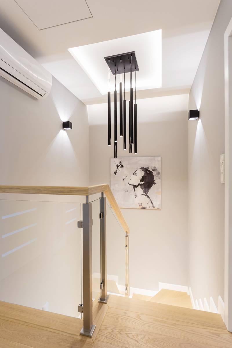 Światło i kolor w eleganckiej oprawie. Projekt wnętrza domu jednorodzinnego